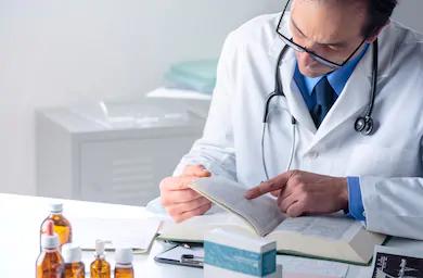 Médico patólogo estudiando una patología en el organismo.