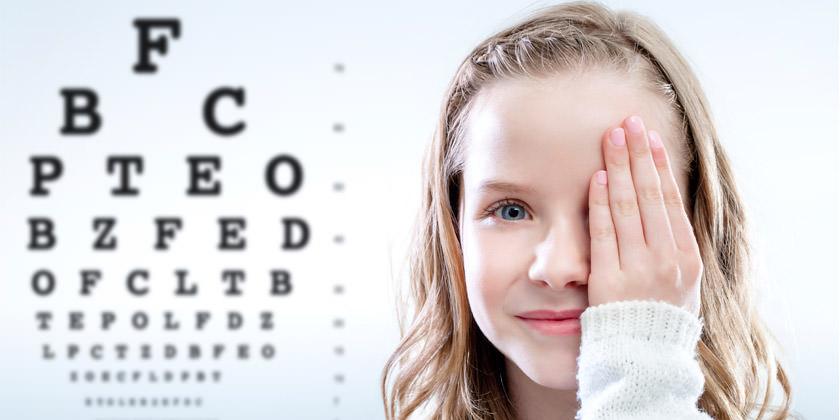 La niña tiene un examen de la vista para graduar su vista.