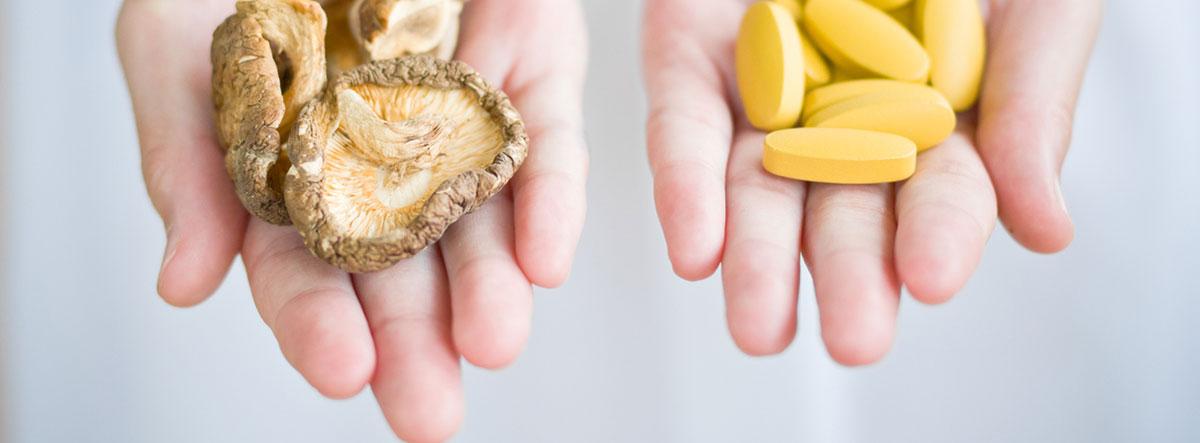 Intoxicación por setas: mano con setas y mano con medicamentos